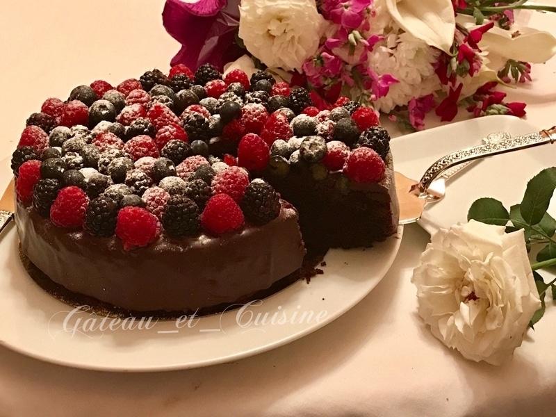 Gâteau au chocolat avec ganache et fruits rouges