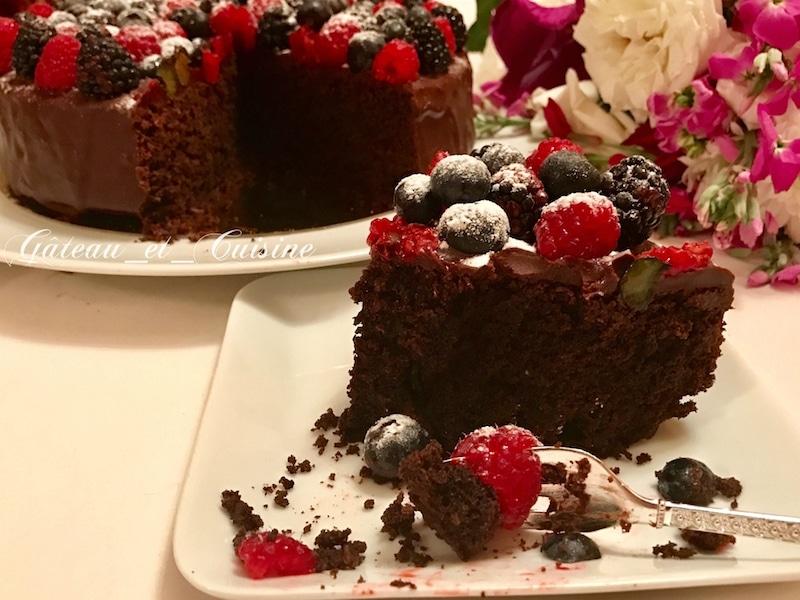 gateau au chocolat avec ganache et fruits rouges