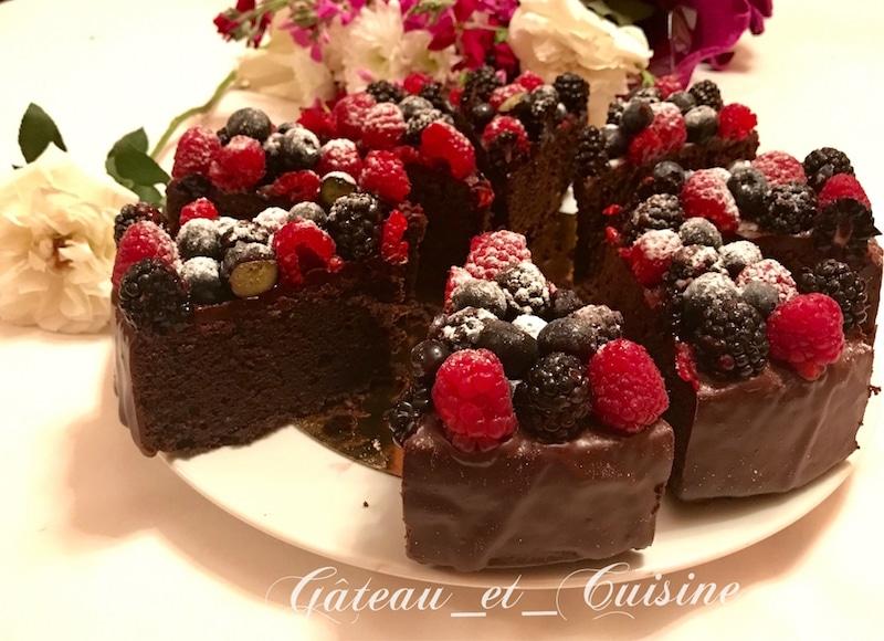 gâteau au chocolat avec ganache et fruits rouges moelleux et fondant