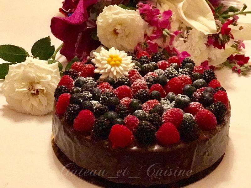 gâteau au chocolat avec ganache et fruits rouges très moelleux