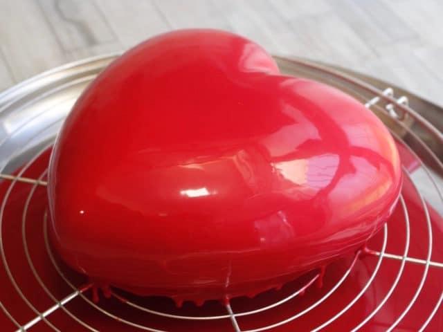 entremet fraise et son glaçage miroir au chocolat rouge