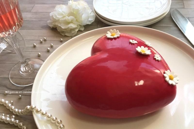 entremet fraise framboise en forme de coeur avec glaçage miroir rouge