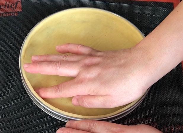 4.fonçage traditionnel pour tarte avec pâte sucrée