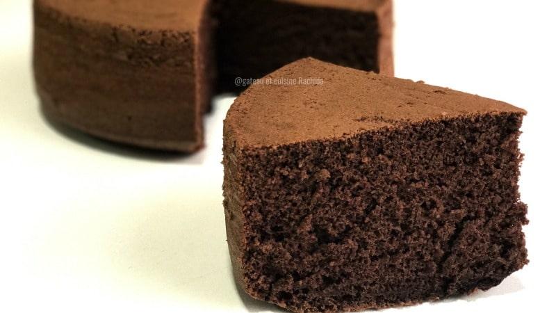 génoise au chocolat très haute pour gâteau d'anniversaire
