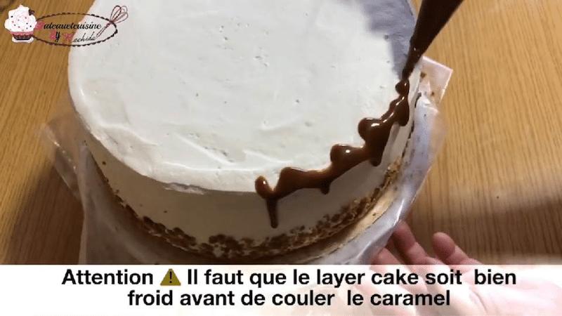 Décorer le layer cake crumble poires et caramel de coulures