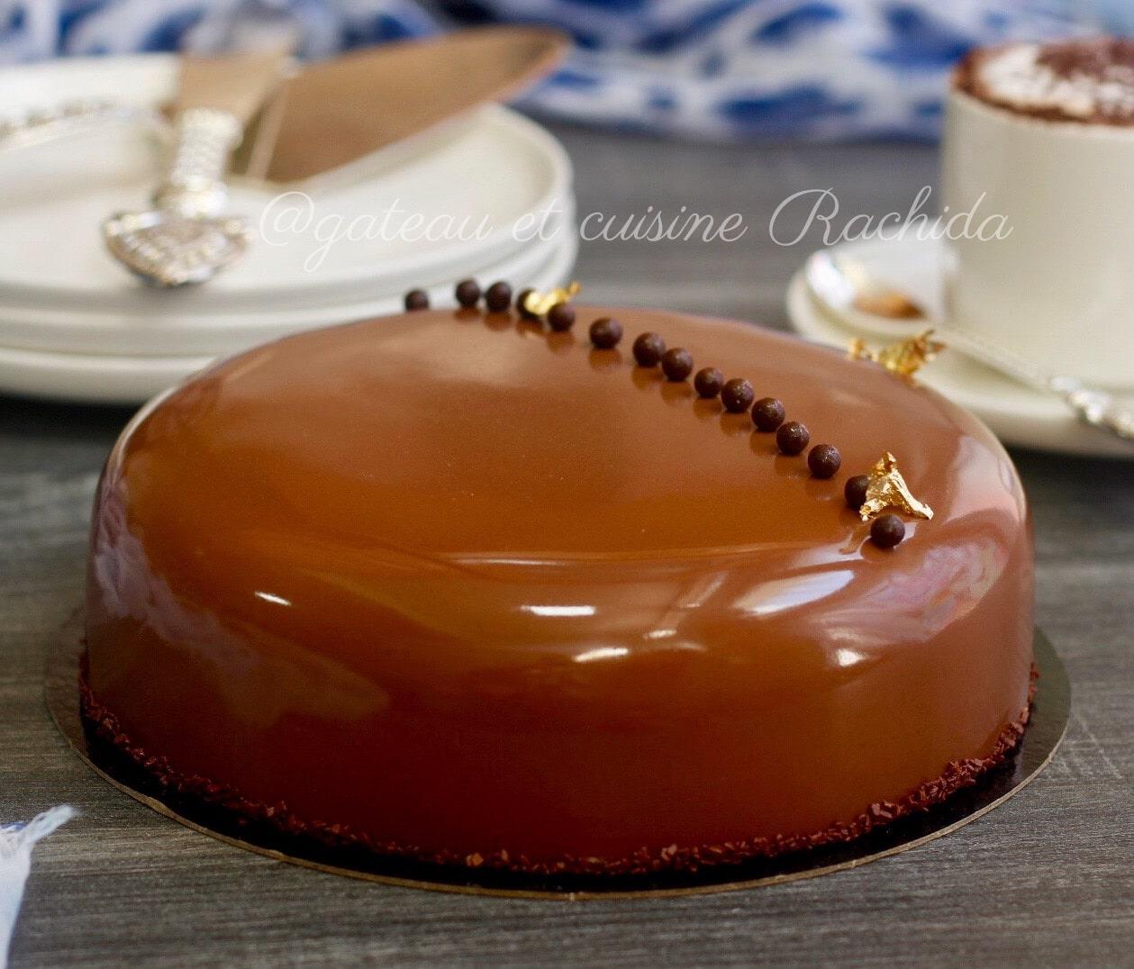 Entremets chocolat et noisettes avec crémeux vanille et dacquoise noisettes