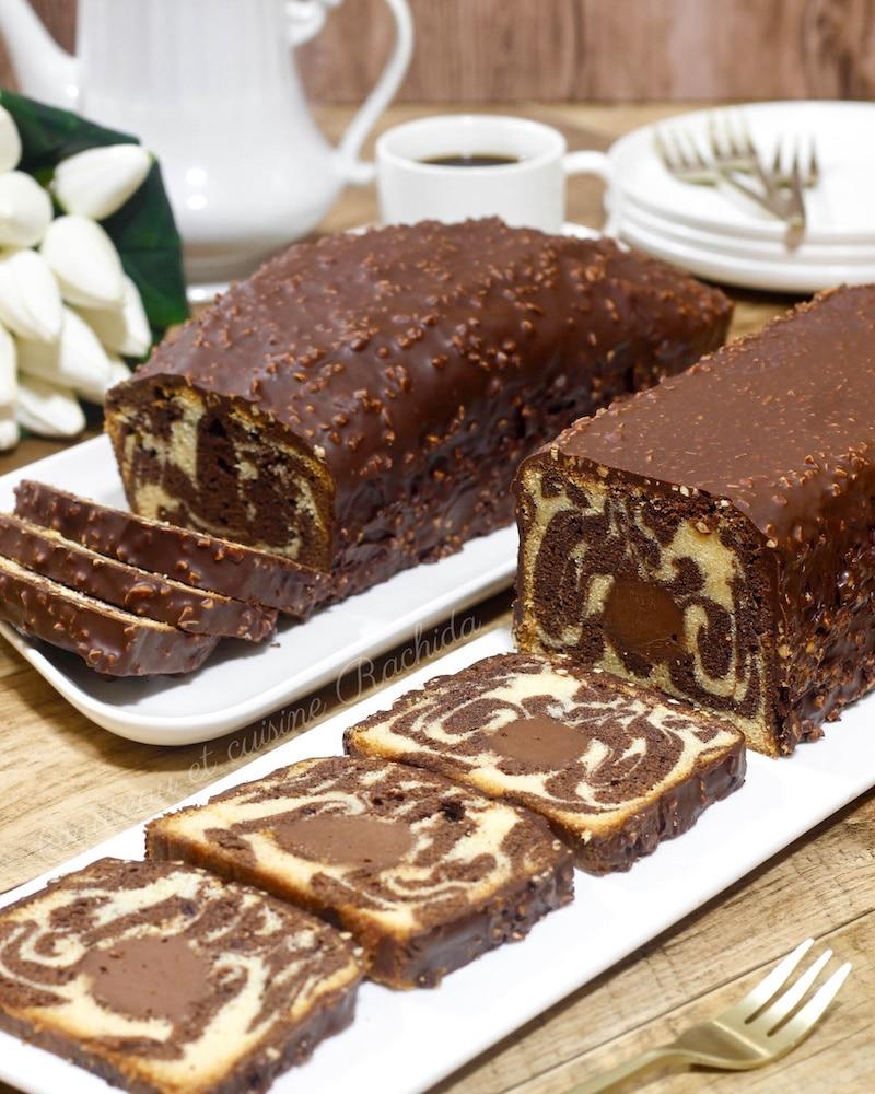 cake marbré moelleux au chocolat et vanille avec glaçage rocher